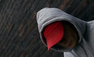 2009-03-27 00:00:00 EINDHOVEN - GGZ-instelling de Woenselse Poort in Eindhoven. De Woenselse Poort behandelt mensen met meervoudige, complexe en langdurende psychiatrische problemen. foto: client op luchtplaats van isoleercel. ANP XTRA LEX VAN LIESHOUT